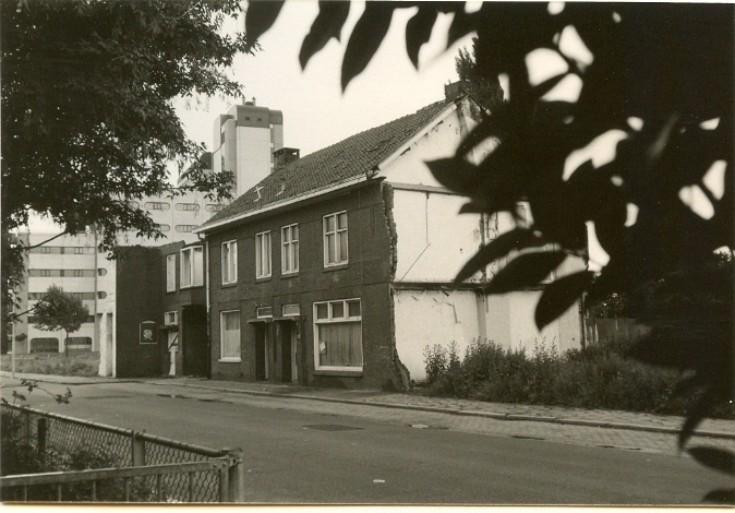 Foto uit 1982. Tegenover het klooster stonden deze huizen, nu staat er basisschool de Fellenoord