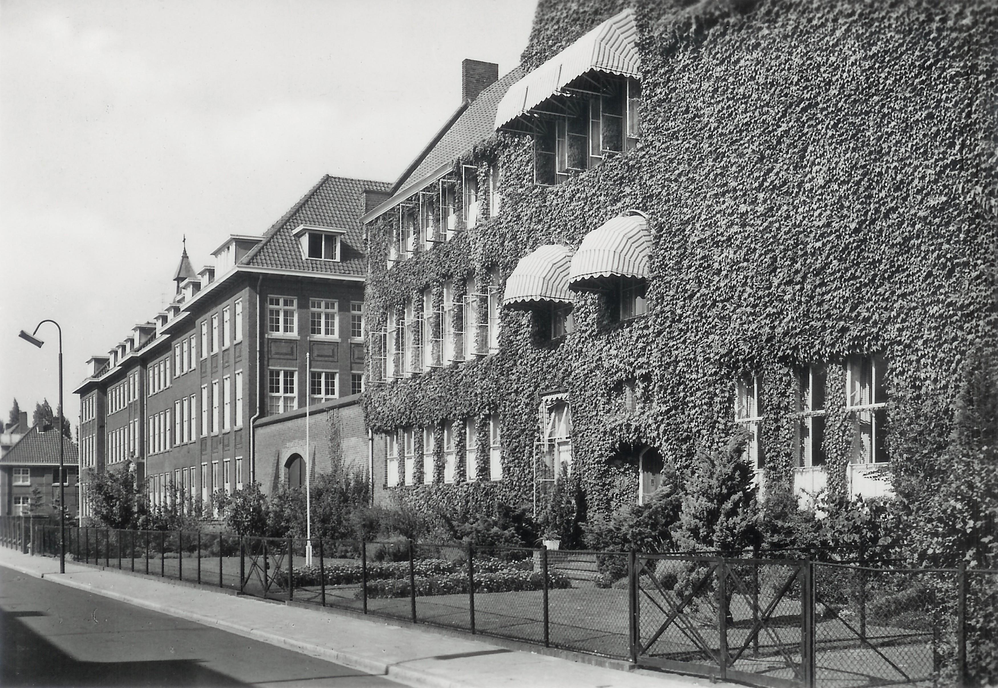 Foto uit 1970. Het begroeide gebouw is tegenwoordig volledig weg, ook de stenen muur die de gebouwen met elkaar verbond is weg. Overblijfselen hiervan zijn tegenwoordig nog wel zichtbaar.