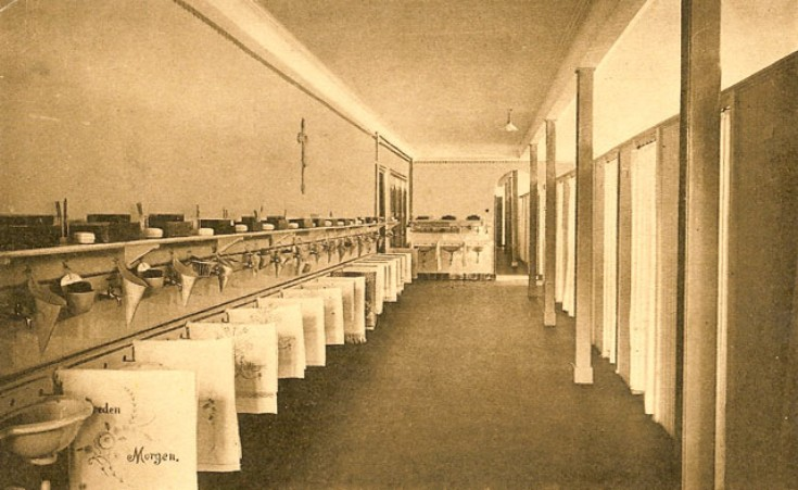 Foto uit 1931. Wasplaatsen, onbekend waar deze zich bevonden