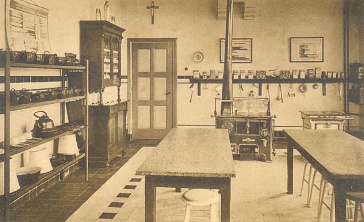 Foto uit 1931. Een keuken, aan de vloer en de plafondconstructie te zien op de begane grond